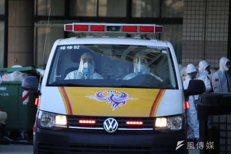 20210120-衛福部桃園醫院新冠肺炎院内感染案延燒,院内病患陸續由救護車送離院區。(柯承惠攝)