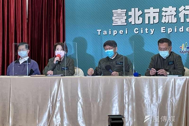 台北市長柯文哲(右二)20日率市府團隊召開記者會,宣布年貨大街實體活動取消、台北燈會暫緩舉行。(方炳超攝)