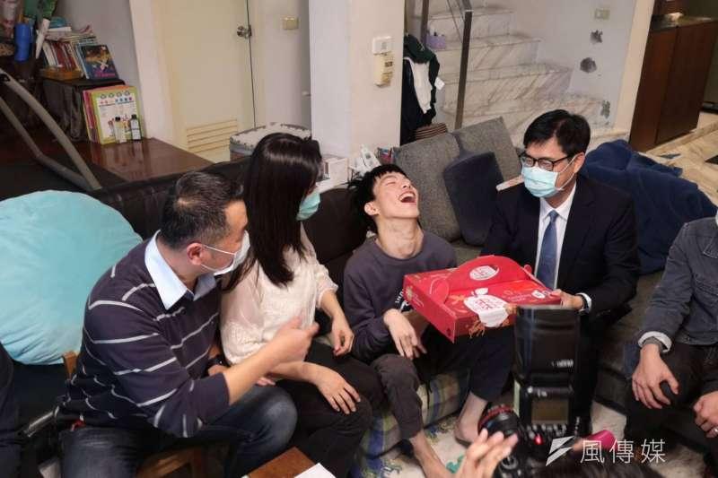 陳其邁市長探訪腦麻青年蔡東霖,並致贈由身心障礙團體製作的年節禮盒龍鳳酥及手工皂,期勉東霖未來能如願成為AI科技輔具研發達人。(圖/徐炳文攝)