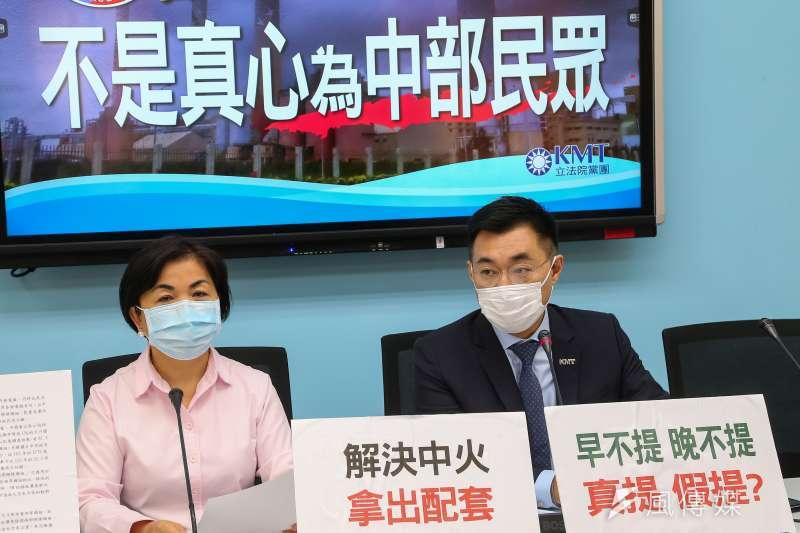 國民黨主席江啟臣(右)、楊瓊瓔(左)26日召開「民進黨說一套做一套,不是真心為中部民眾」記者會,現場擺放「解決中火,拿出配套」標語。(顏麟宇攝)