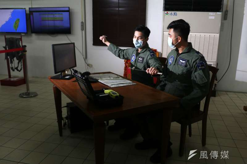 20210126-警戒室飛行員任務提示。(蘇仲泓攝)