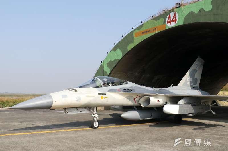 空軍司令部26日在台南基地展示IDF戰機緊急起飛、維保作業、潛力掛載等科目。(蘇仲泓攝)