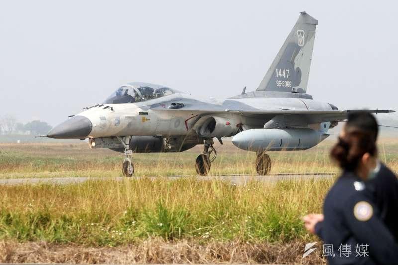 國軍IDF戰機近日被直擊掛載天劍二型中程空對空飛彈增程型測試彈起降,引發關注。(資料照,蘇仲泓攝)