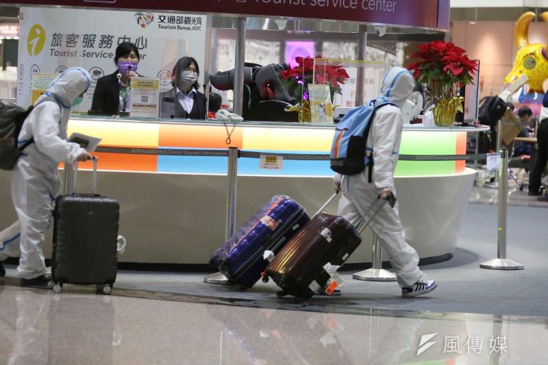 中央疫情指揮中心宣布,自6月27日起入境者不可回家居檢,必須住進防疫旅館或集中檢疫所。圖為桃園機場旅客入境。(柯承惠攝)