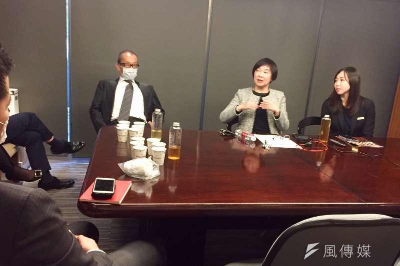 晶華國際酒店集團董事長潘思亮(左)推出Regent Talks,與主管對談,進行經驗分享,員工透過視訊觀看。1月18日由台南晶英總經理李靖文(中)分享。謝錦芳攝。