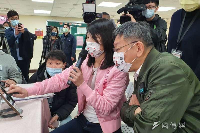 台北市長柯文哲今日前往內湖區碧山里視察「數位基礎建設系統」使用情形。(方炳超攝)