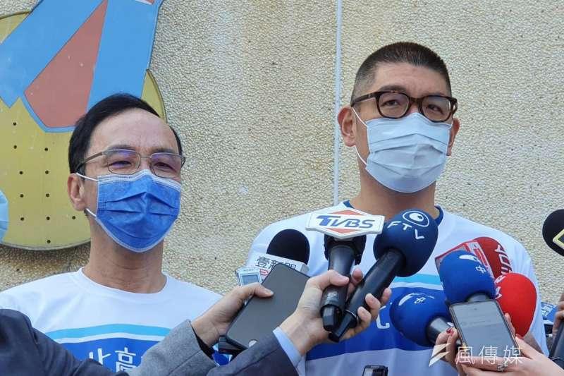 前新北市長朱立倫(左起)、國民黨智庫副董事長連勝文30日上午出席「熱血北高為愛而騎」單車公益活動。(方炳超攝)