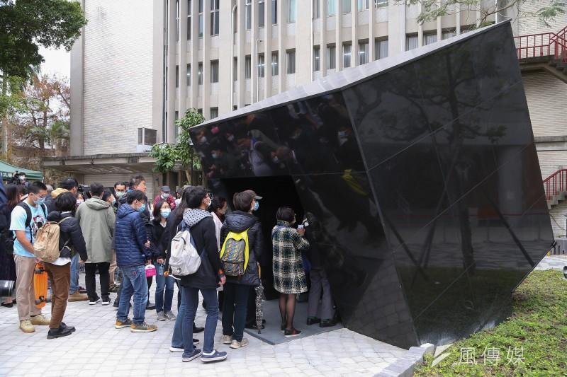 台大陳文成事件紀念廣場2日啟用,黑色大理石打造的建築體代表台灣仍存在許多真相未明的白色恐怖事件。(顏麟宇攝)