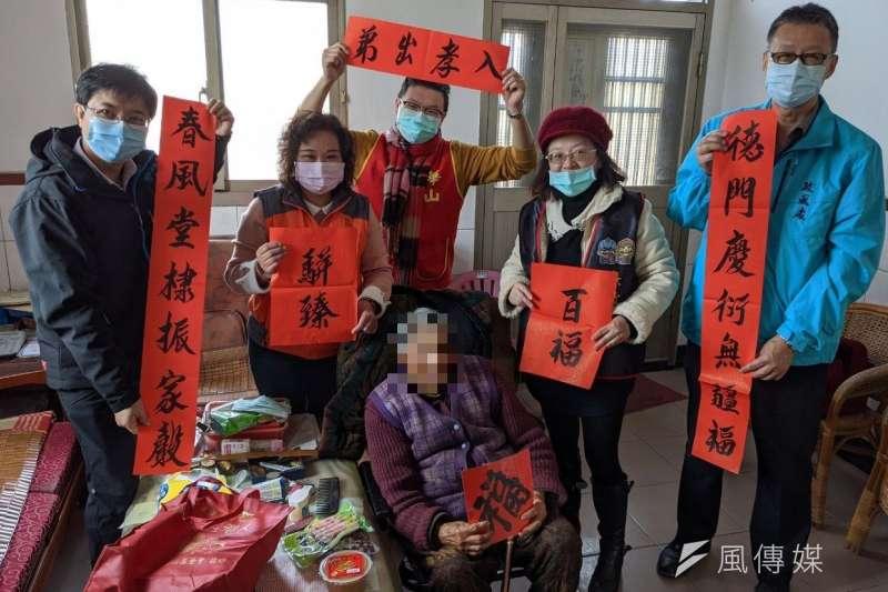 華山基金會與廉政志工分送愛心年菜到獨居長輩家中。(圖/楊經緯)