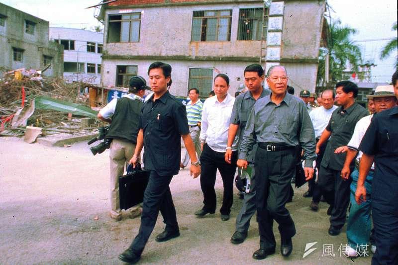 時任總統李登輝赴各地視查災情之後頒布緊急命令,這是中華民國行憲之後頒布的第12個緊急命令。(林瑞慶攝)