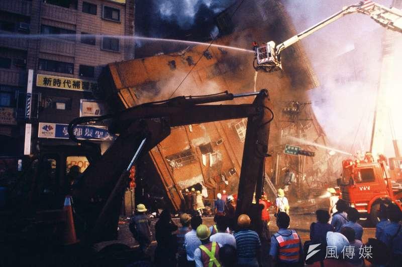 台北市東星大樓在九二一震災倒塌,造成87人死亡,事後發現崩塌主因是混凝土強度不合格、施工不當及設計疏失,導致耐震能力不足。(林瑞慶攝)
