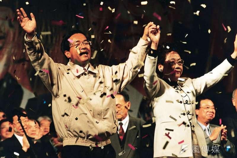 千禧年,台灣人民選出第一位非國民黨籍總統陳水扁(左)和副總統呂秀蓮(右)。(彭耀倫攝)