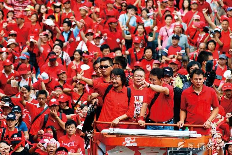 2006年施明德發動紅衫軍,從9月下旬到10月中旬,群眾聚集在凱達格蘭大道,「天下圍攻」,要求陳水扁下台。(林瑞慶攝)