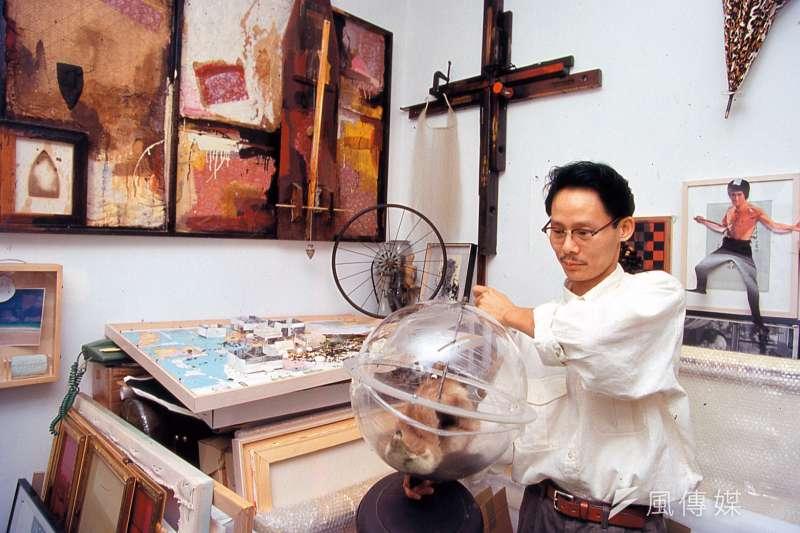 1993年自美返台的藝術家梅丁衍,關注「依附在台灣近代史邁脈絡下的物質符號」,作品對現實政治提出尖銳的批判。(林瑞慶攝)
