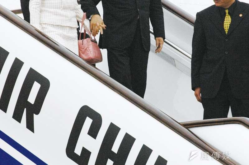 2005年4月國民黨主席連戰赴中國訪問,與中共總書記胡錦濤會面,從此「九二共識」成為兩岸關係基礎。(郭晉瑋攝)