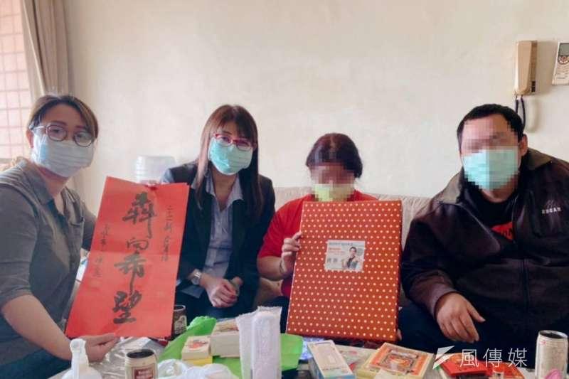 高雄毒防局長林瑩蓉(左二),春節送暖關懷訪視弱勢、脆弱家庭個案。(圖/徐炳文攝)