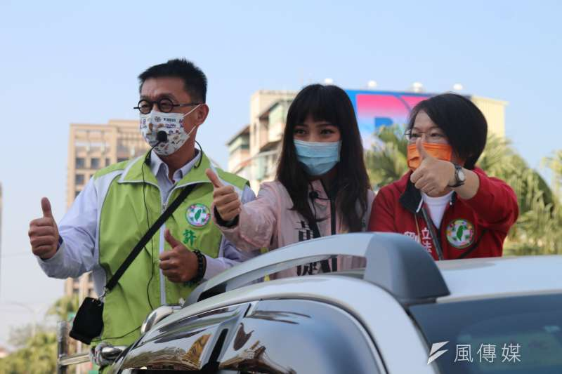 高雄市議員黃捷罷免案在即,黃捷(中)5日進行車隊掃街宣傳反罷免。(黃信維攝)