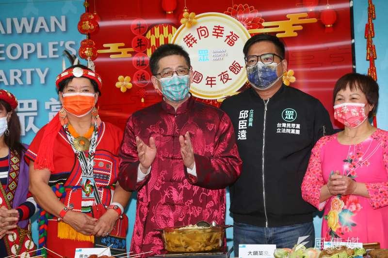 台灣民眾黨秘書長謝立功(左二)、立委邱臣遠(右二)等人6日出席2021民眾黨慶新春特色年菜活動。(顏麟宇攝)