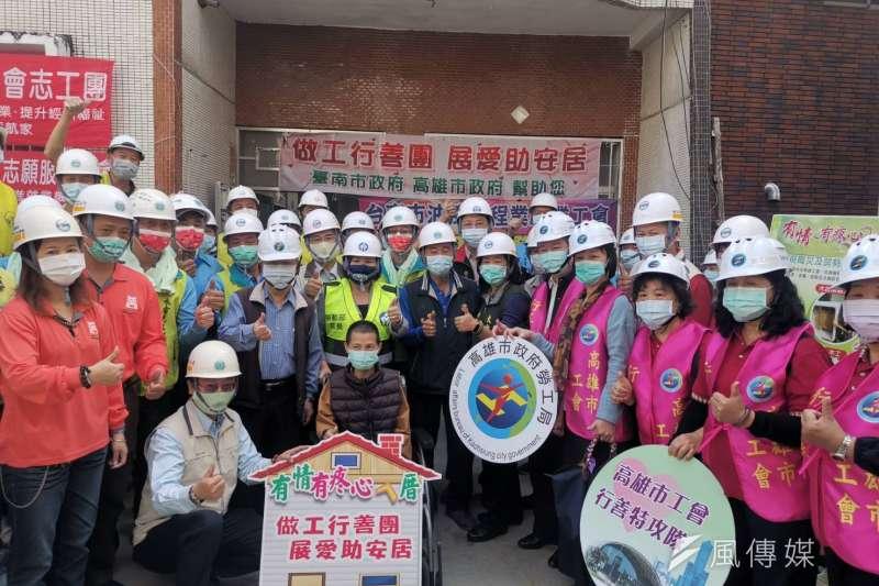 高雄市工會行善特攻隊與台南市做工行善團的志工們,同心協力替路竹區身障吳女士修建住宅,歷經8週,於7日完工入住,志工們也齊聚祝賀。(圖/徐炳文攝)