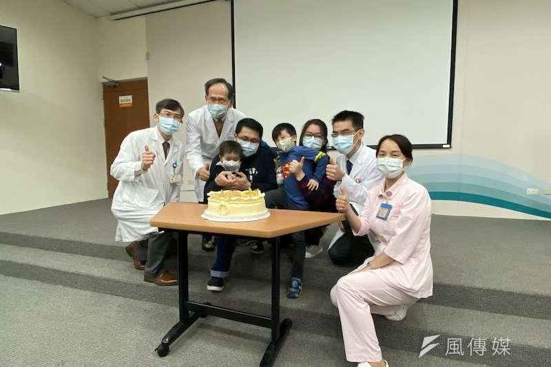 為慶祝恒恒身體恢復健康,台中榮總醫院院長陳適安、兒童血液腫瘤科主任黃芳亮等醫療團隊和其家人一起切蛋糕。(圖/記者王秀禾攝)