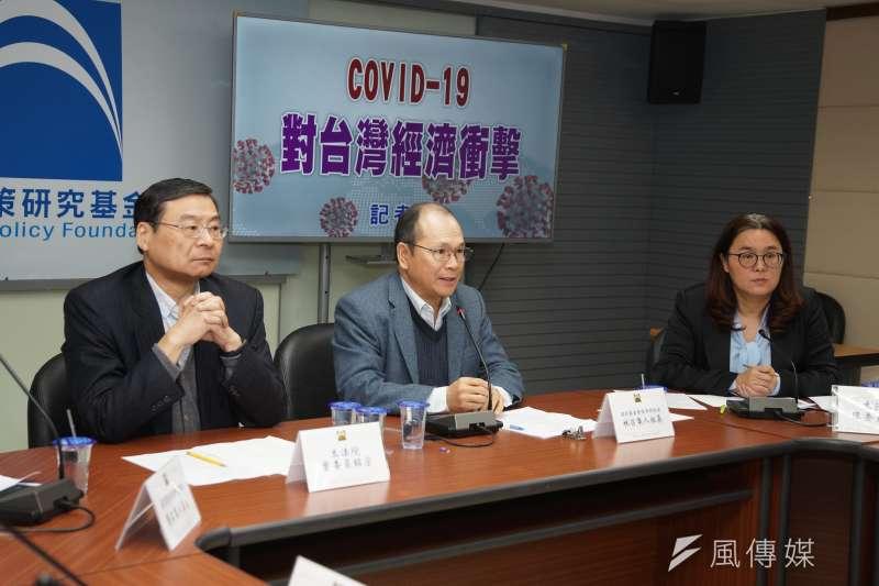 20210209-國家政策研究基金會9日舉行「COVID-19 對台灣經濟衝擊」記者會,立委曾銘宗、基金會經濟財政組召集人林祖嘉、立委陳玉珍出席。(盧逸峰攝)
