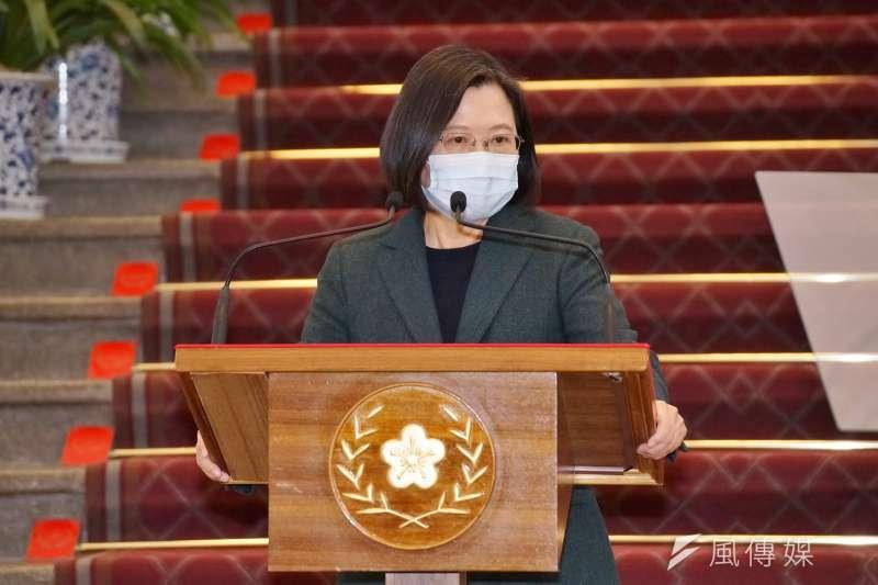 台北市議員羅智強指出,總統蔡英文(見圖)在國慶演說中,已經不再稱呼武漢肺炎,改口稱新冠病毒。(資料照,盧逸峰攝)