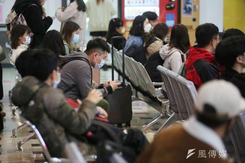 20210216-春節假期卽將結束,南來北往的民眾16日在台北車站搭乘公共運輸,各自返回工作地。(柯承惠攝)
