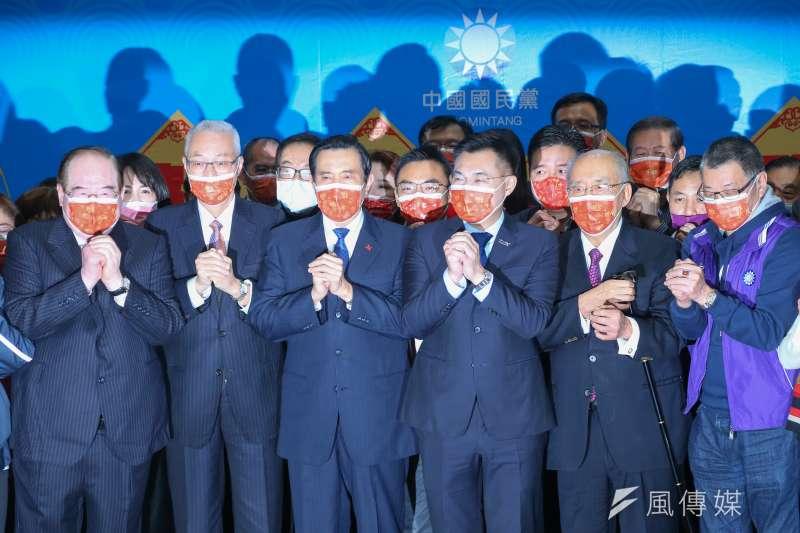 20210217-國民黨主席江啟臣(右三)、前總統馬英九(左三)、前副總統吳敦義 (左二)等人17日出席國民黨新春團拜。(顏麟宇攝)