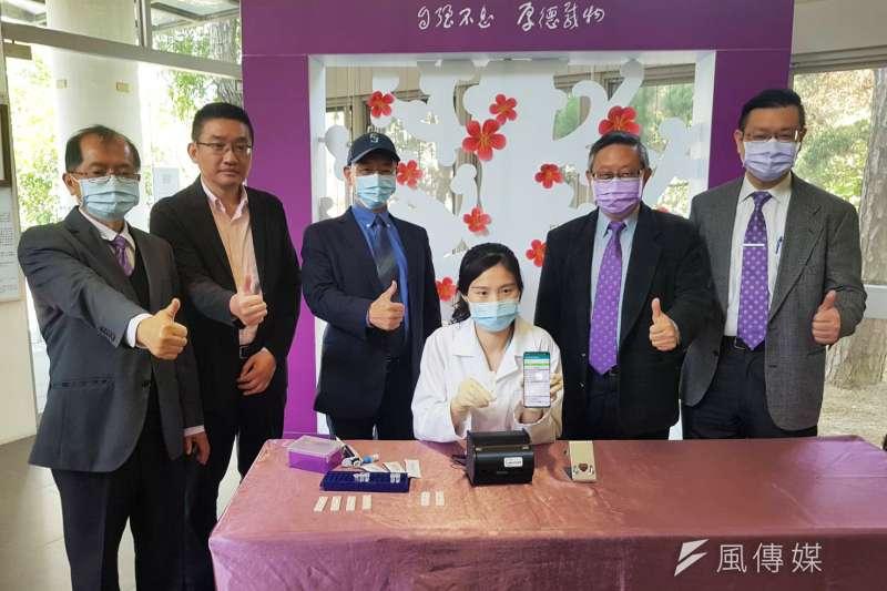 清華大學與產學團隊合作研發出新冠抗體15分鐘快篩試片。(圖/方詠騰攝)