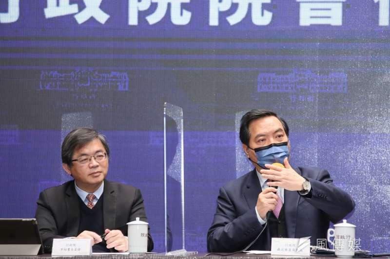 20210218-行政院秘書長李孟諺(左二)與新任行政院發言人羅秉成(右二)18日出席行政院院會後記者會。(柯承惠攝)