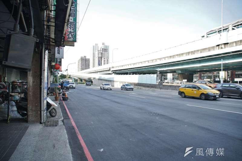 板橋民生路三段人行道突然被取消引發議論,新北市捷運局20日回應,因配合人行地下道興建工程並兼顧車流,故暫時將人行道取消。(盧逸峰攝)