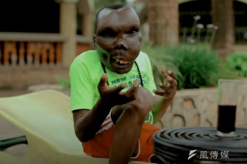 「世界最醜男人」巴古馬,是不折不扣的人生勝利組!(圖/翻攝自YouTube MV「Abagala Ssebabi」)