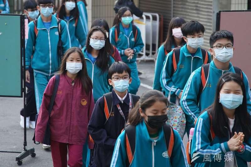 近日疾管署頻頻更新新冠肺炎最新本土病例足跡,多半以北台灣為主。圖為學生上學佩戴口罩。(示意圖,盧逸峰攝)