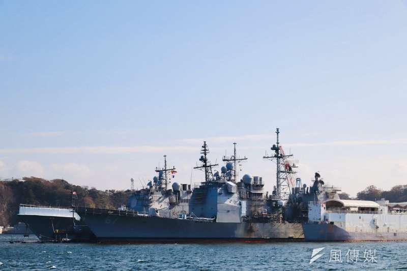 20210222-停泊於日本橫須賀軍港、正在進行維護的「夏洛號」(GG-67)及後方的「安提坦號」(CG-54)提康德羅加級巡洋艦。(陳煜攝)