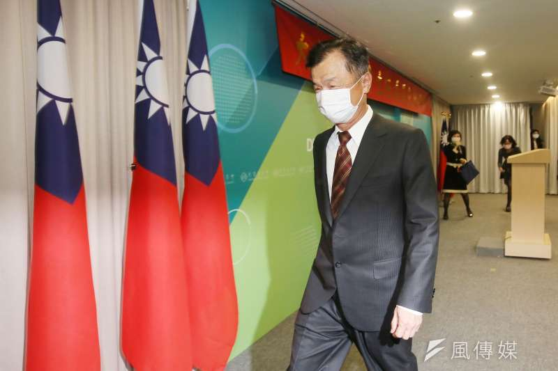 陸委會23日舉行新卸任主委交接典禮,新任主委邱太三在典禮後回答媒體提問。(柯承惠攝)