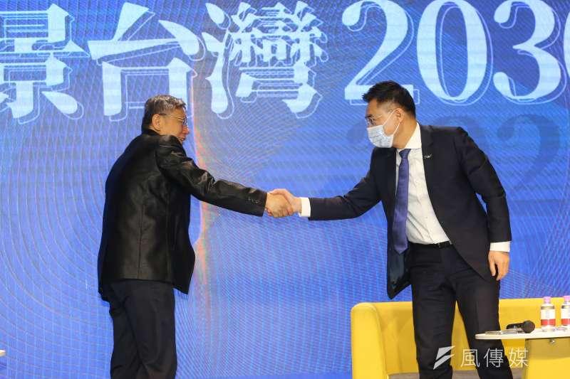 江啟臣(右)、柯文哲(左)24日出席「願景臺灣2030」論壇,「藍白同框」引發外界關注。(顏麟宇攝)
