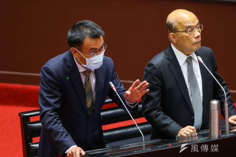 行政院長蘇貞昌(右)26日至立法院備詢並進行專案報告,談及130億養豬基金時,提到農委會主委陳吉仲(左)家過去因口蹄疫負債的往事。(顏麟宇攝)