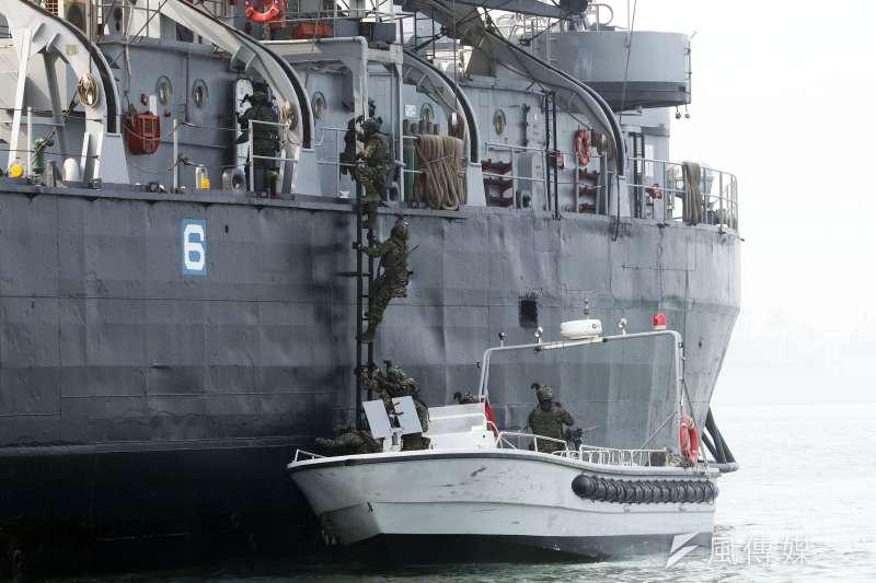 20210227-海軍陸戰隊兩棲偵搜大隊在今年初,曾於高雄左營對外展示海上反劫船科目。(蘇仲泓攝)