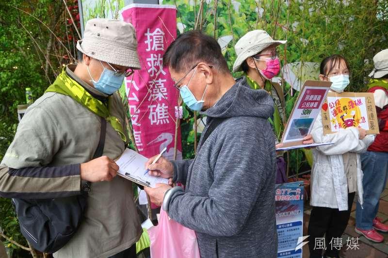 搶救藻礁公投連署於建國花市外擺攤。(顏麟宇攝)
