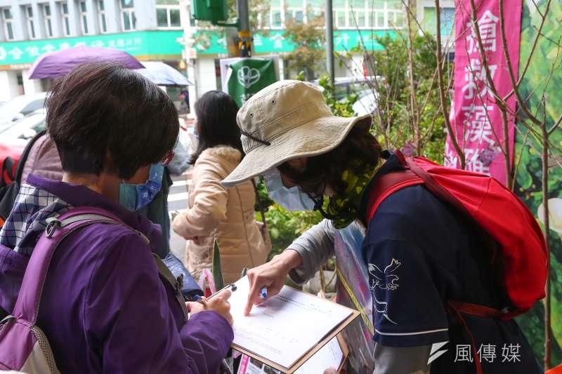 民眾參與搶救藻礁公投連署。(資料照,顏麟宇攝)
