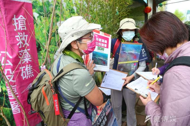 20210227-搶救藻礁公投連署於建國花市外擺攤。(顏麟宇攝)