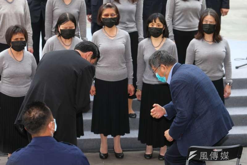 前總統馬英九(左)與台北市長柯文哲(右)28日出席「二二八事件74周年紀念會」。(顏麟宇攝)