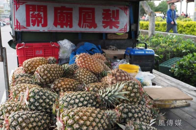 兩岸買辦透過大量採購和掌控通路來壓低台灣鳳梨的產地收購價,在中國卻以台灣名義高價售出賺取暴利。(資料照,柯承惠攝)