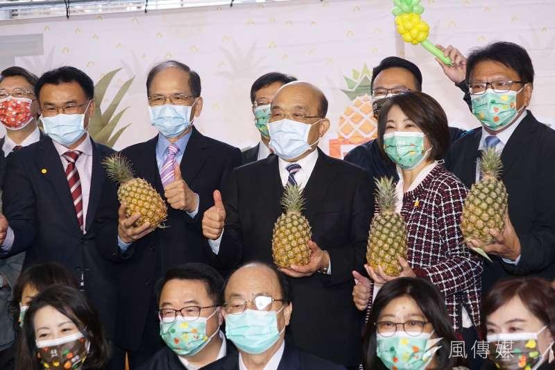 中國封殺台灣鳳梨,立法院長游錫堃(左三)、行政院長蘇貞昌(左四)都表態挺果農。圖為3月2日「米鳳有約-是誰住在屏東的大鳳梨裡」記者會。(盧逸峰攝)