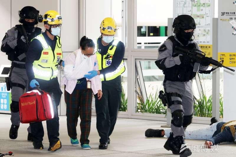2010305-台中市警察局5日於中捷「台中市政府站」舉行反恐維安演練。圖為中市特戒護傷者就醫。(蘇仲泓攝)