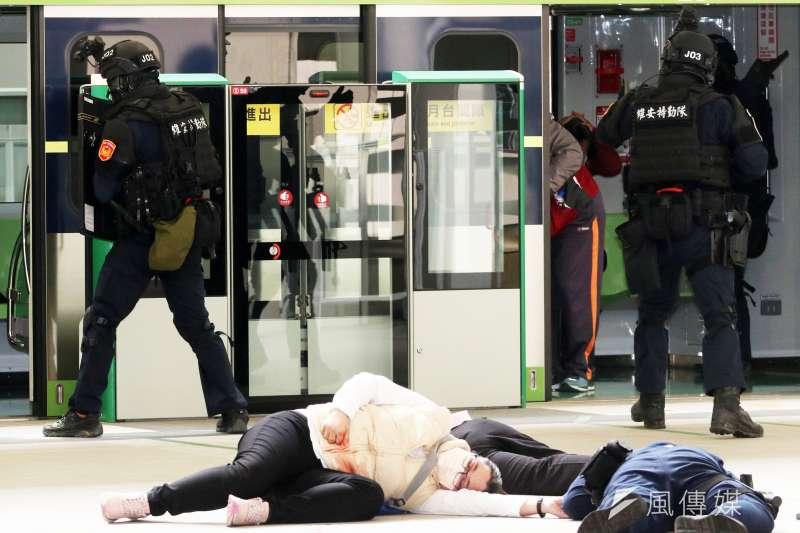 2010305-台中市警察局5日於中捷「台中市政府站」舉行反恐維安演練。(蘇仲泓攝)