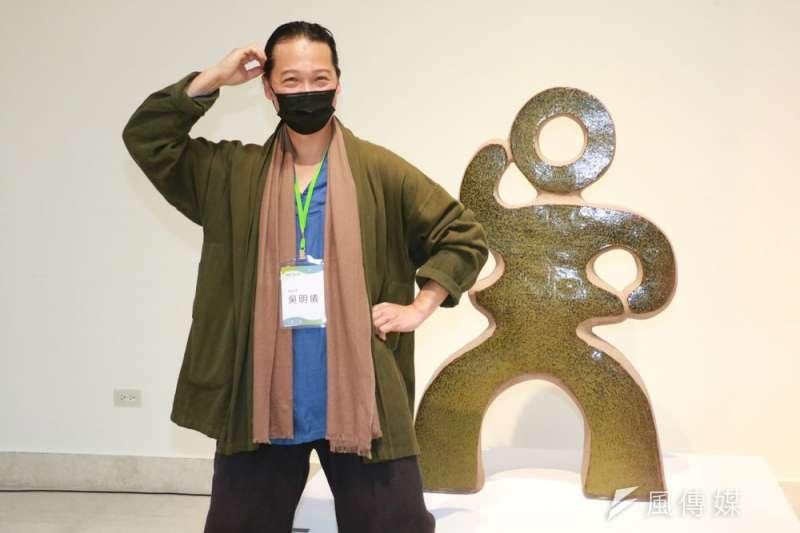 陶藝家吳明儀老師擺出與作品「吳題」同樣姿勢,讓參觀民眾會心一笑。(圖/李梅瑛)