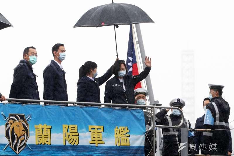 總統蔡英文今(8)天上午前往基隆「威海營區」,也登上靠泊在碼頭邊的濟陽級巡防艦「蘭陽艦」。(蘇仲泓攝)