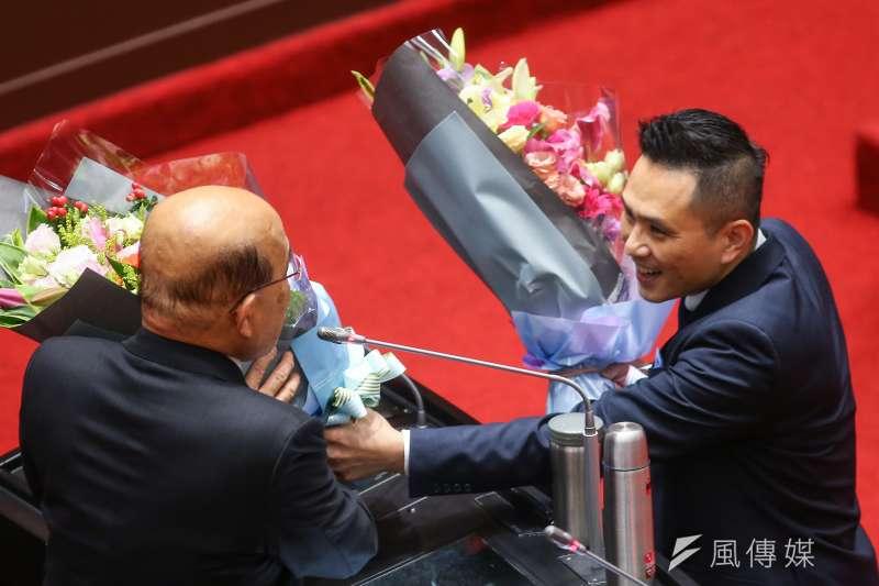 國民黨立委陳以信(右)於立院總質詢時,送花給備詢的行政院長蘇貞昌及(左),被藍營支持者駡爆。(顏麟宇攝)