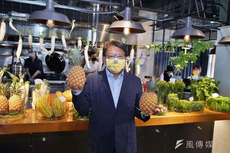 屏東縣長潘孟安9日出席《屏東特有種》新書發表會,戴上鳳梨口罩與屏東鳳梨合影。(盧逸峰攝)